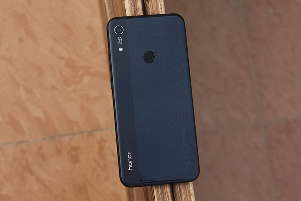 Honor 8A сзади